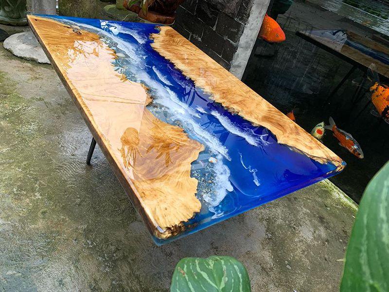 Dễ dàng lau chùi và làm sạch mặt bàn epoxy chỉ bằng vải mềm ẩm.